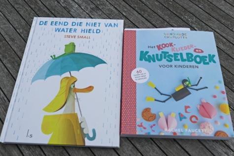 Twee boeken bij zomers regenweer