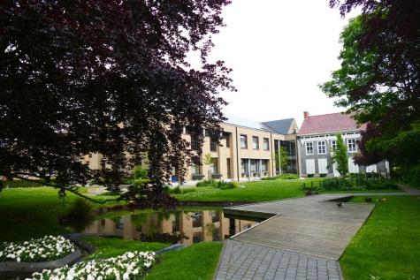 achterzijde gemeentehuis Lochristi park