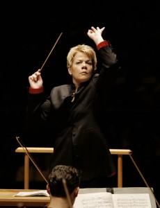 Marin Alsop dirigeert de finale. © Kym Thomson