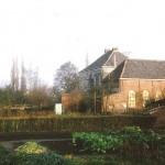 Achterzijde van de pastorie van Zeveneken met op de voorgrond de verdwenen kantschool in 1982.(Foto: Albert Vispoel)